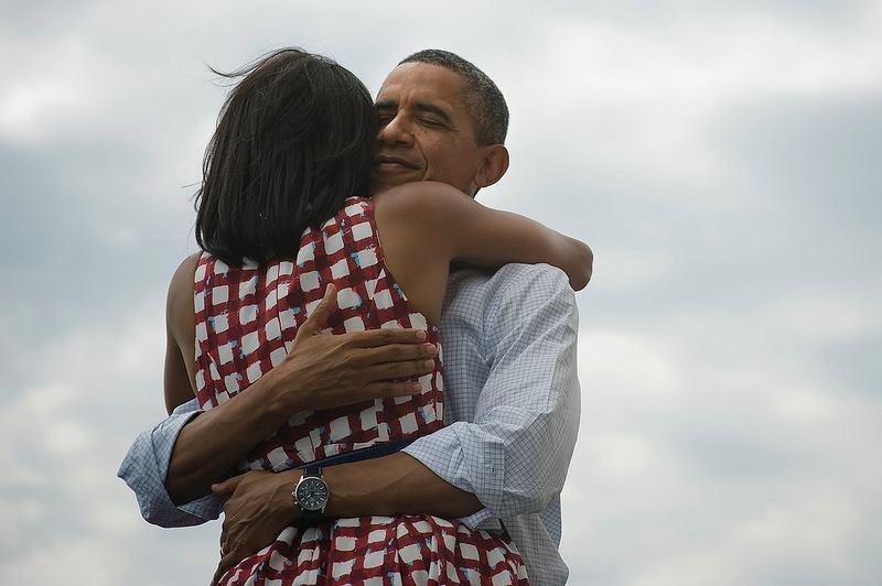 Foto em que o presidente Barak Obama abraça sua mulher bateu recorde histórico ao ser o mais retuitado nas redes